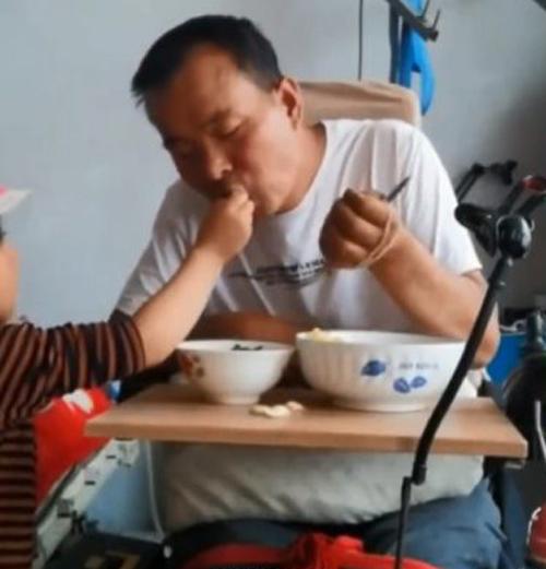 маленькая сиделка для отца