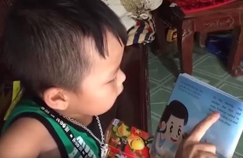мальчик говорит по-английски