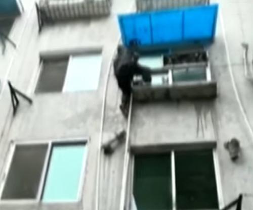 полицейский залез по трубе в дом