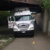 грузовик застрял под мостом