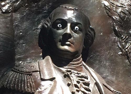 скульптура генерала с глазами