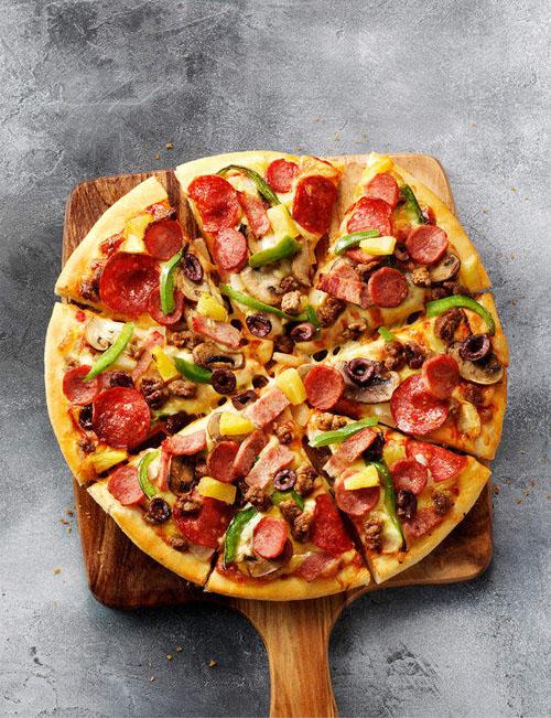 мужчина ест пиццу каждый день