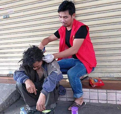 добрый мужчина помогает бездомным