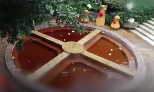 посетители бассейна плавают в супе