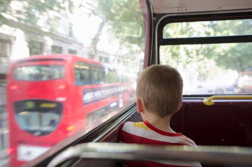 дети не должны сидеть в транспорте
