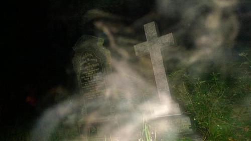 призрак женщины парил над могилой
