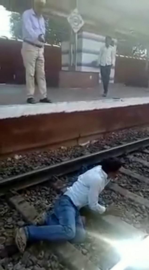 мужчина лёг на рельсы
