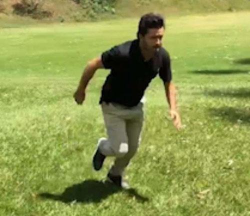 гольфист прыгнул через ручей