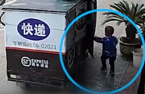 мальчик прокатился на мотоцикле