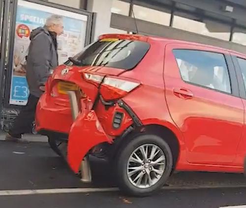 машина попала в странную аварию
