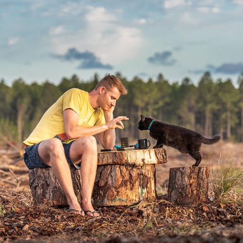мужчина путешествует с кошкой