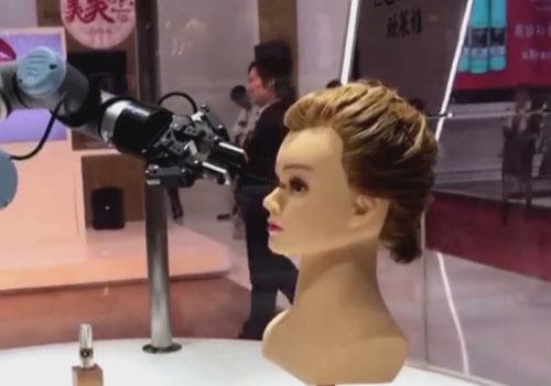 робот наносит макияж
