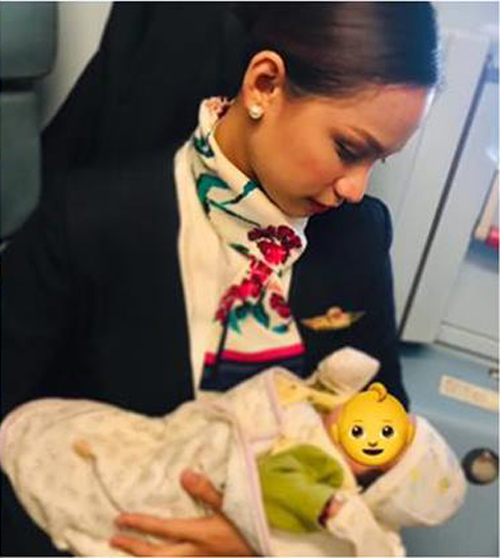 добрая стюардесса и младенец