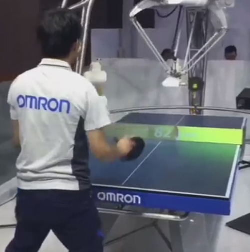 робот умеет играть в пинг-понг