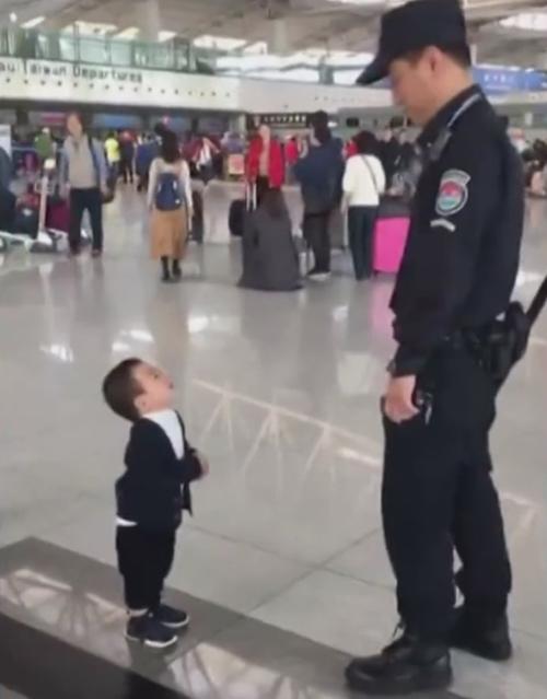 охранник и маленький мальчик