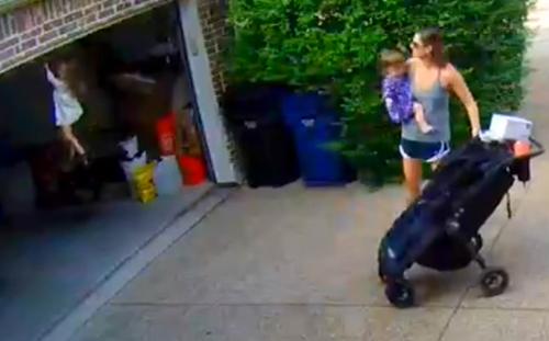 девочка на гаражной двери