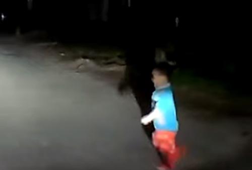 мальчик на ночной дороге
