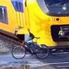 мужчина едва не попал под поезд