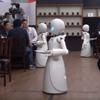 роботы-официанты работают в кафе
