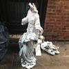 пьяный мужчина разбил статуи