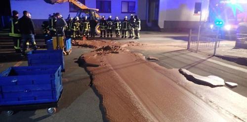 улицу залило шоколадом