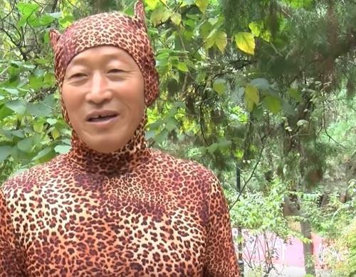 дедушка в костюме леопарда