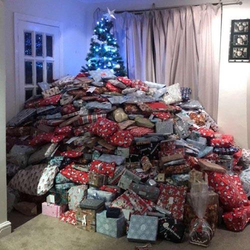 мама завалила детей подарками