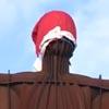скульптура в праздничном колпаке