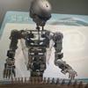 робот играет на цитре