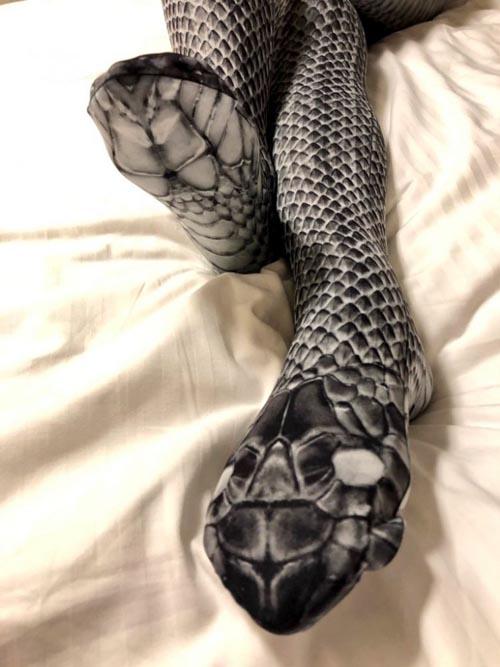 чулки со змеиным принтом