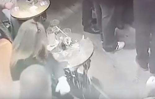 стакан разбился сам по себе