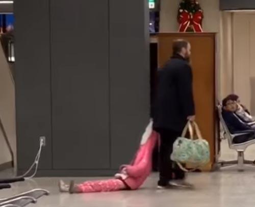 папа тащил дочь за капюшон