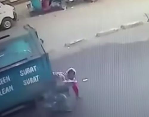 женщина под колёсами мусоровоза