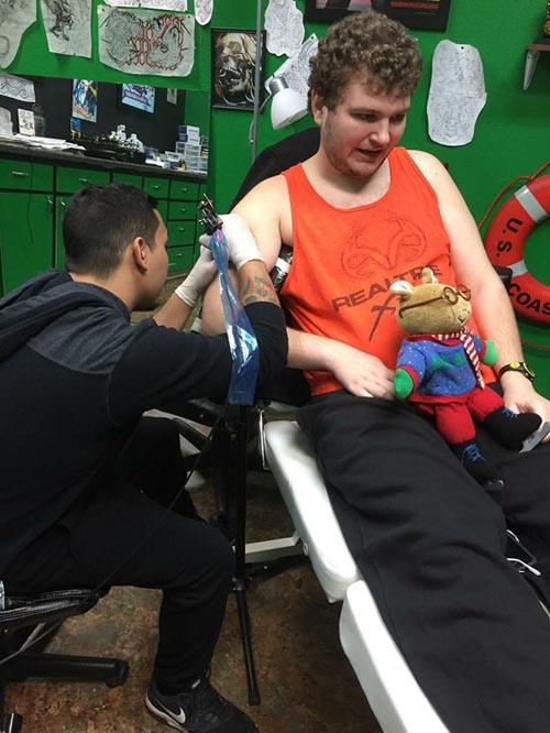 аутисту сделали татуировку