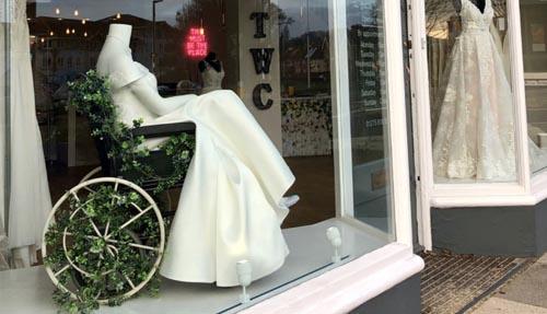 манекен в инвалидной коляске