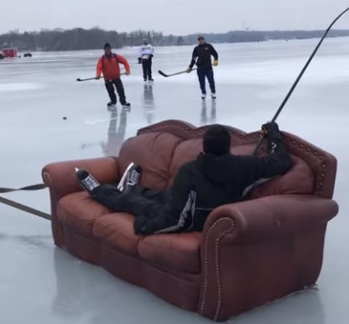 катание на старом диване по льду