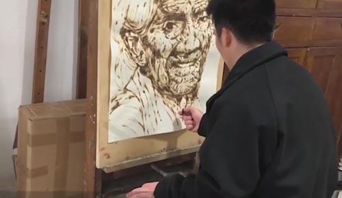 художник рисует зажигалкой
