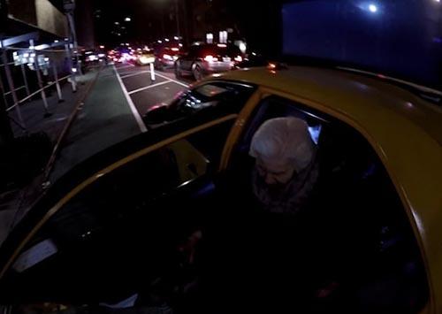 помощь старушке в такси