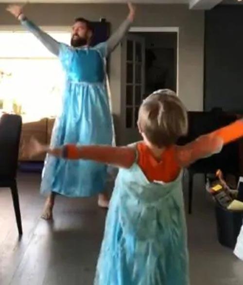 папа с сыном в костюме принцесс