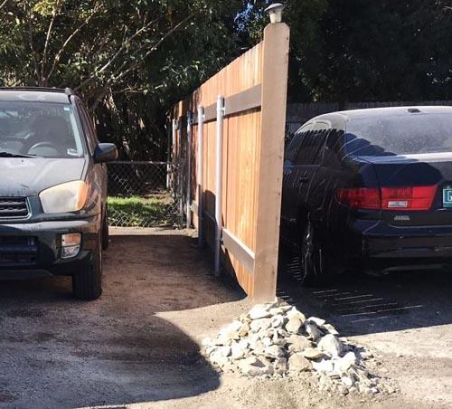 валун заблокировал машину