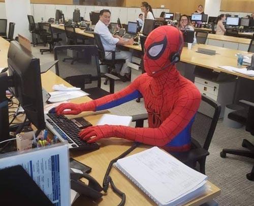 костюм человека-паука на работе