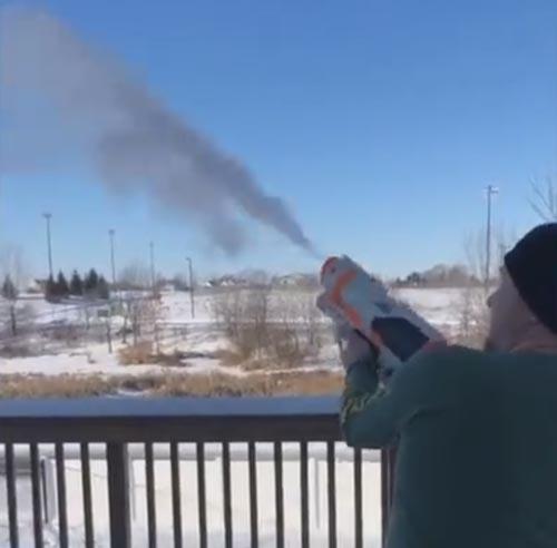 стрельба снегом из пистолета