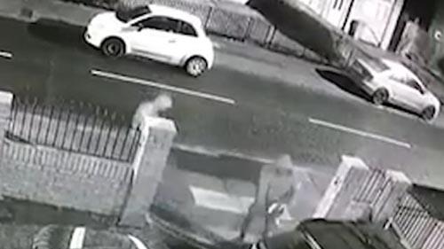 храбрая женщина потушила машину