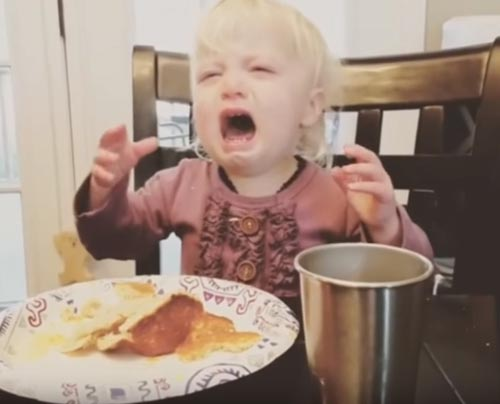девочка расстроилась из-за масла