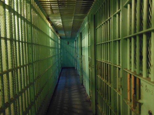 мужчина хочет сесть в тюрьму