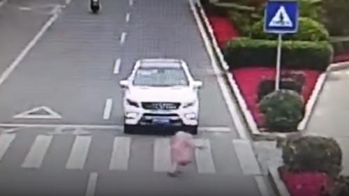 вежливая девочка на дороге