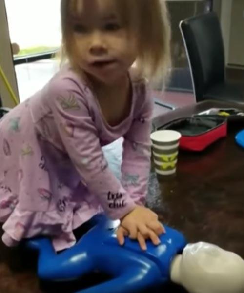 девочка оказывает первую помощь