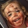 девочка вымазалась шоколадом