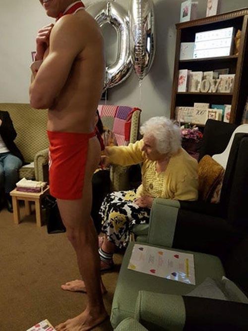 голые мужчины на дне рождения