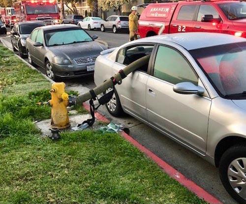 машина возле пожарного гидранта